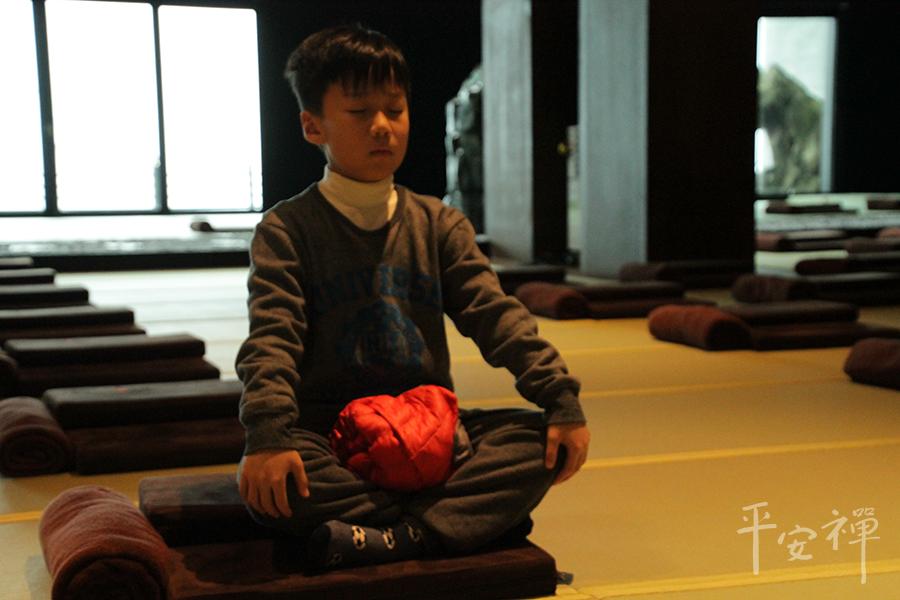 正念冥想有助於緩解,用靜坐冥想代替常見的懲罰,情緒容易失控的孩子,冥想是一種認知控制鍛煉